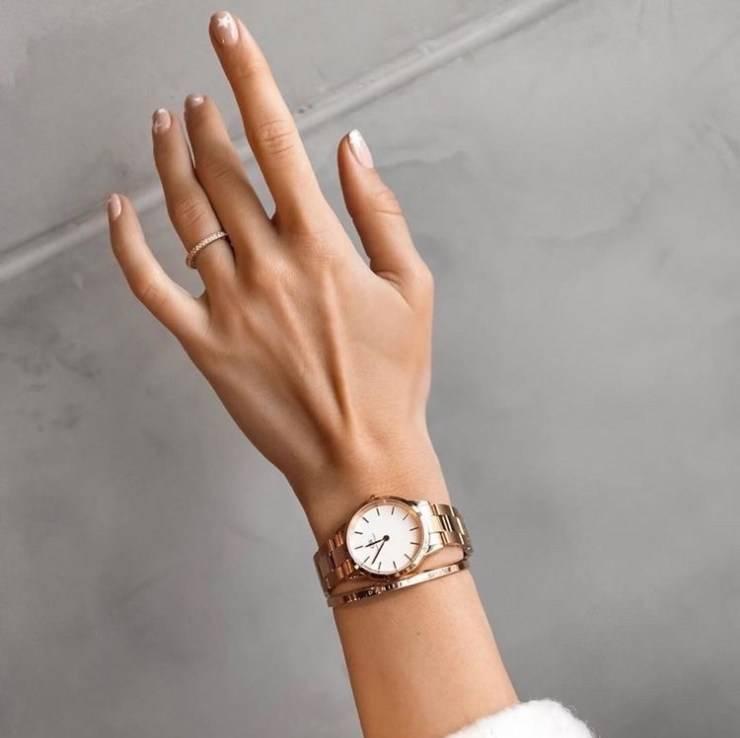 Stile semplice per orologio e bracciale coordinati.