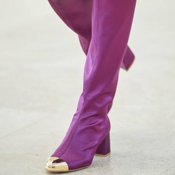 Stivali viola di Laura Biagiotti, tendenza per l'autunno