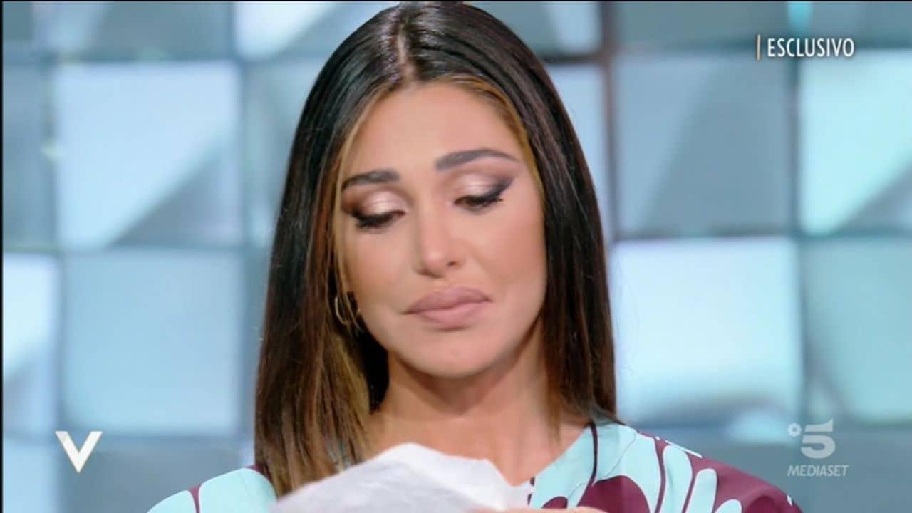 Belen Rodriguez piange in diretta: la richiesta per le donne partorienti