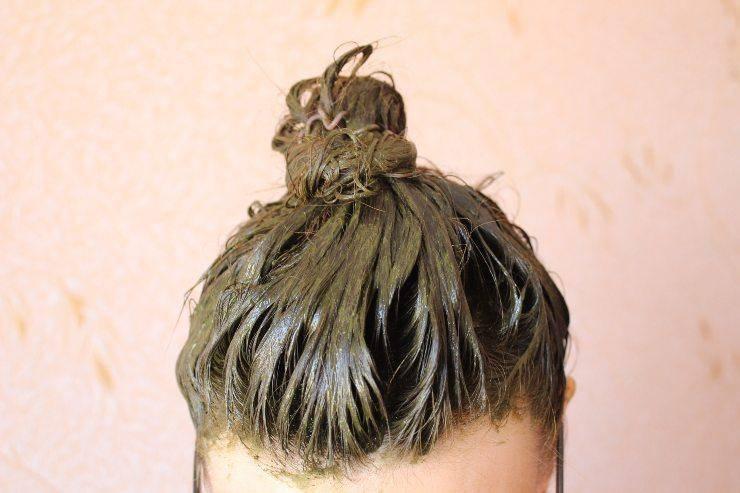 Capelli d'autunno con l'henné donna con henné sui capelli