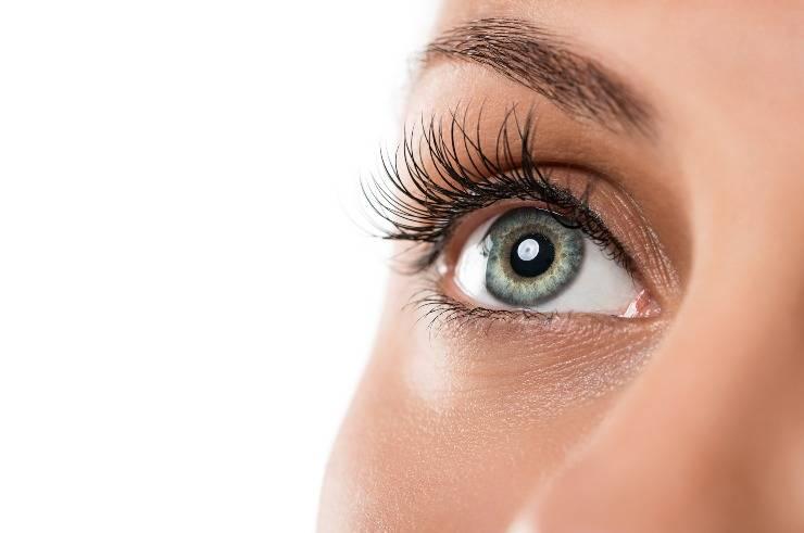 ciglia lunghe senza extension occhio donna in primo piano