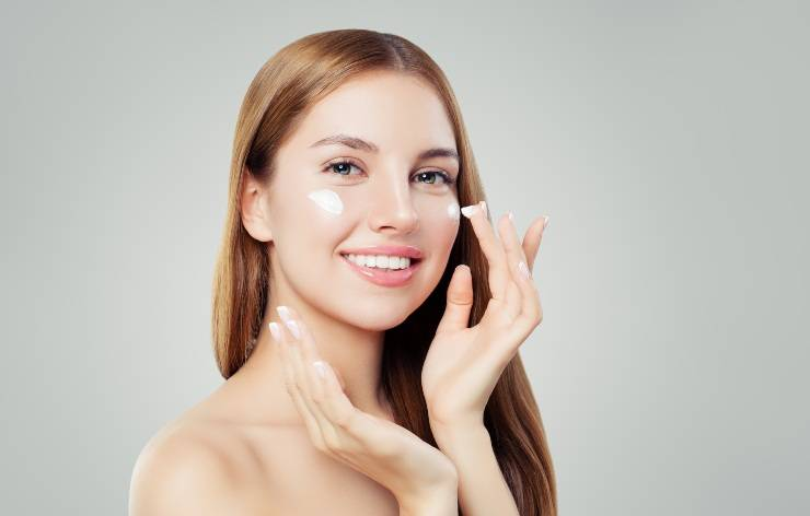 beauty routine donna che applica crema viso