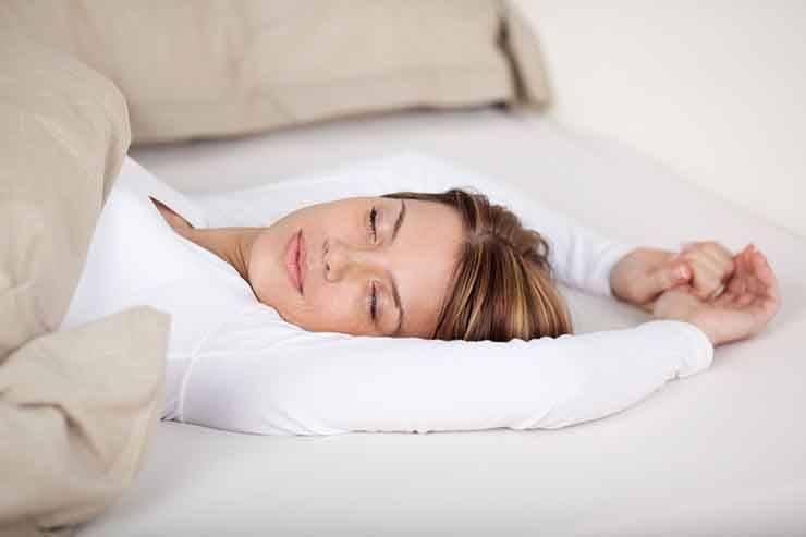 Dormire sulla schiena benefici