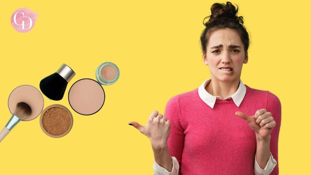 makeup viso errori donna che indica prodotti makeup