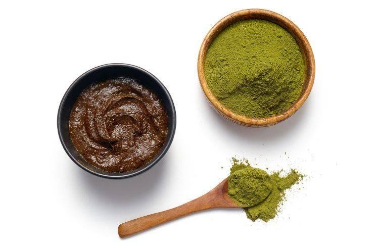 Capelli d'autunno con l'hennè, henné in polvere e diluito nelle ciotoline
