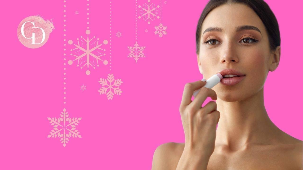 labbra secche con i primi freddi donna che applica burro labbra