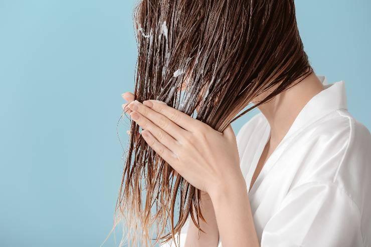 cowash per capelli grassi donna che si lava i capelli