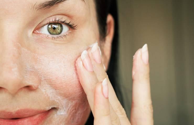 beauty routine donna che lava viso