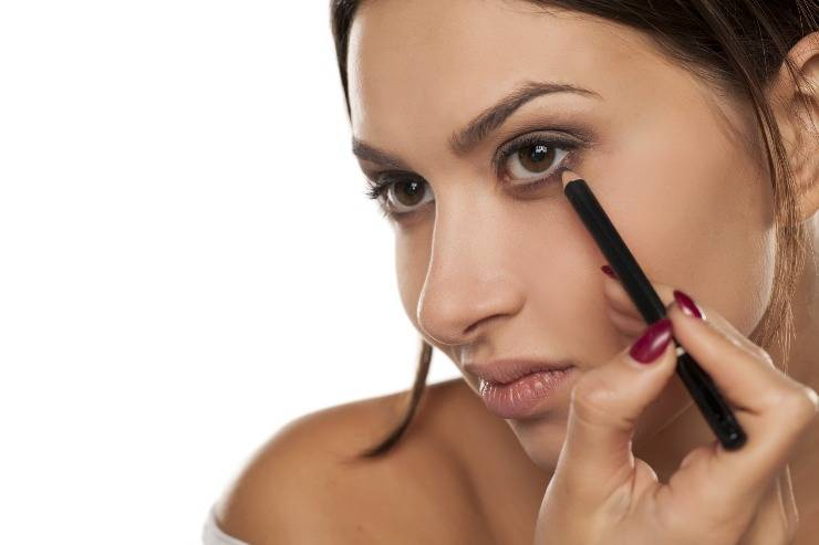 Reverse Makeup donna che trucca occhi
