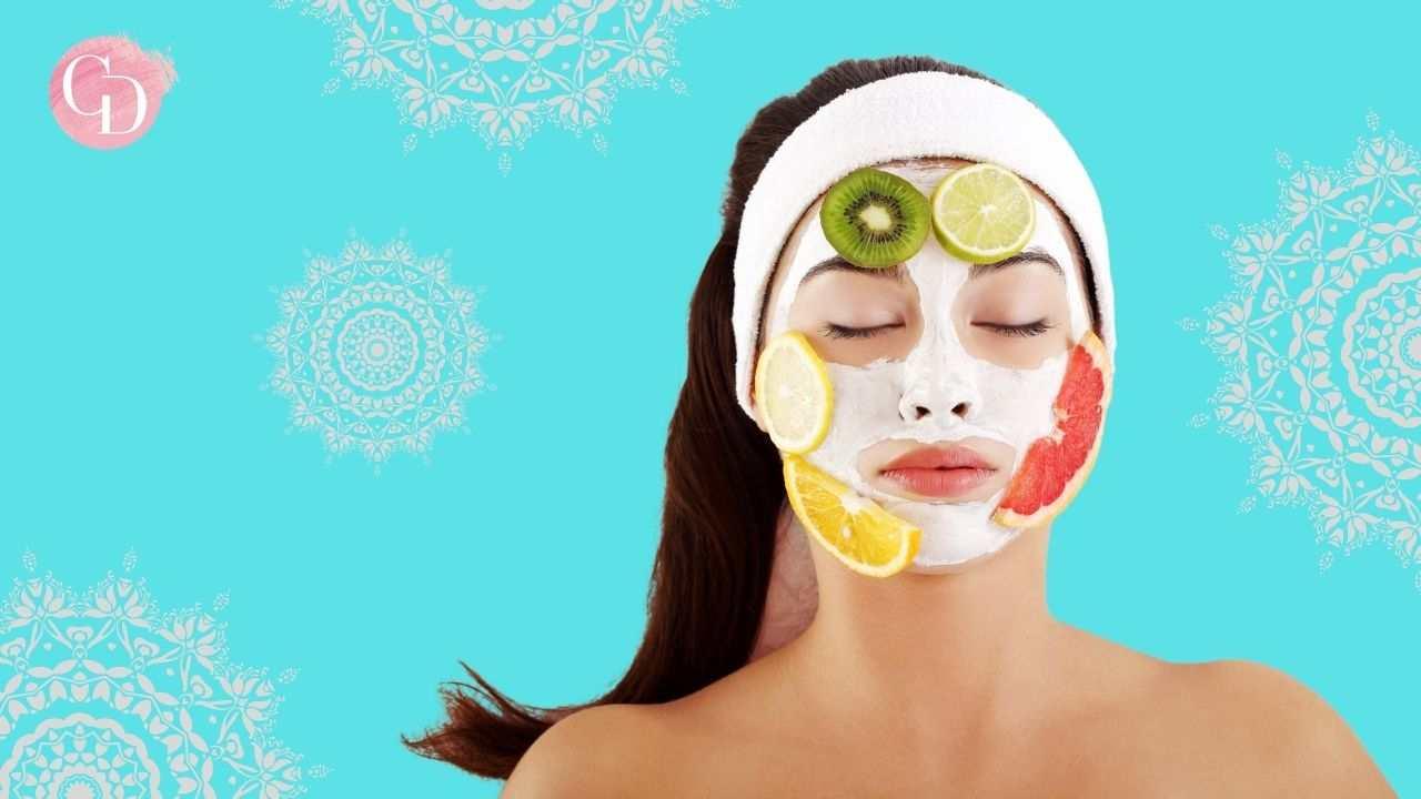 maschere viso donna con maschera su viso e pezzi di frutta
