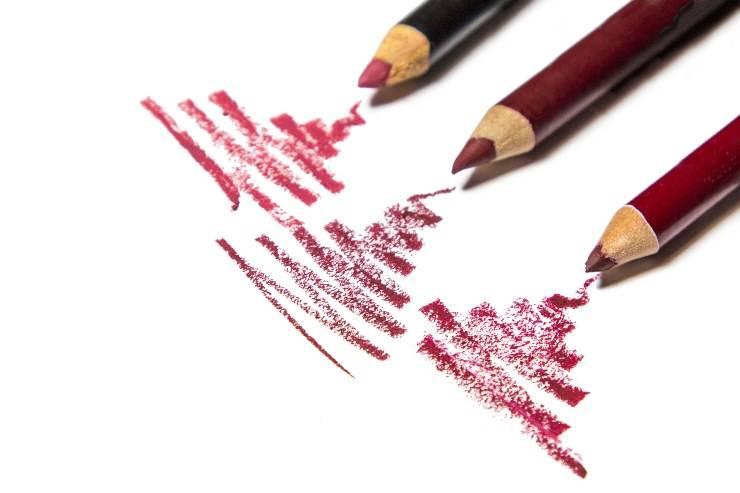 matite labbra con tratteggi su fondo bianco