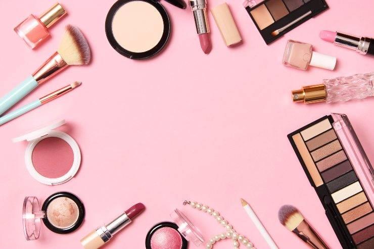 trucco per giovanissime prodotti makeup su fondo rosa