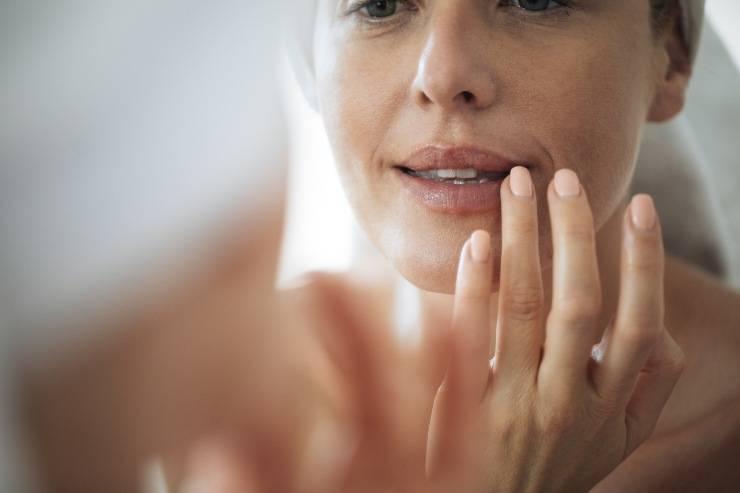 Rughe labiali donna si specchia