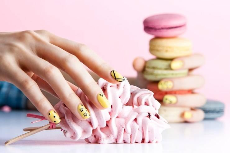semipermanente anche a scuola mano con unghie colorate