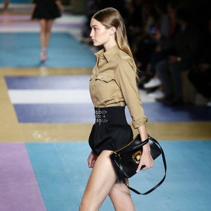Gigi Hadid con shorts neri a palloncino.