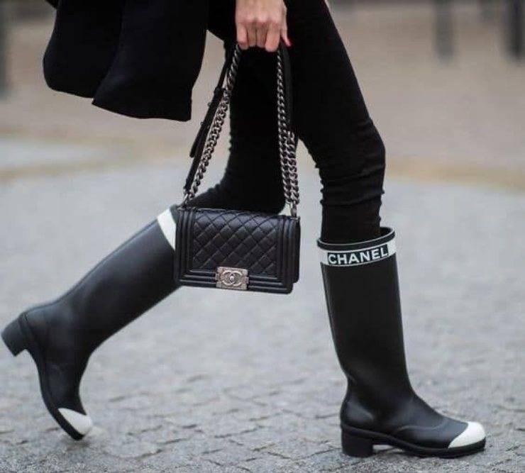Stivali da pioggia e borsa boy di Chanel