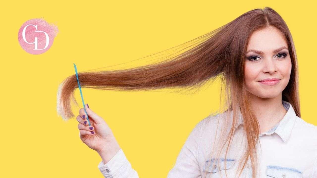 ragazza con capelli con la tinta su fondo giallo