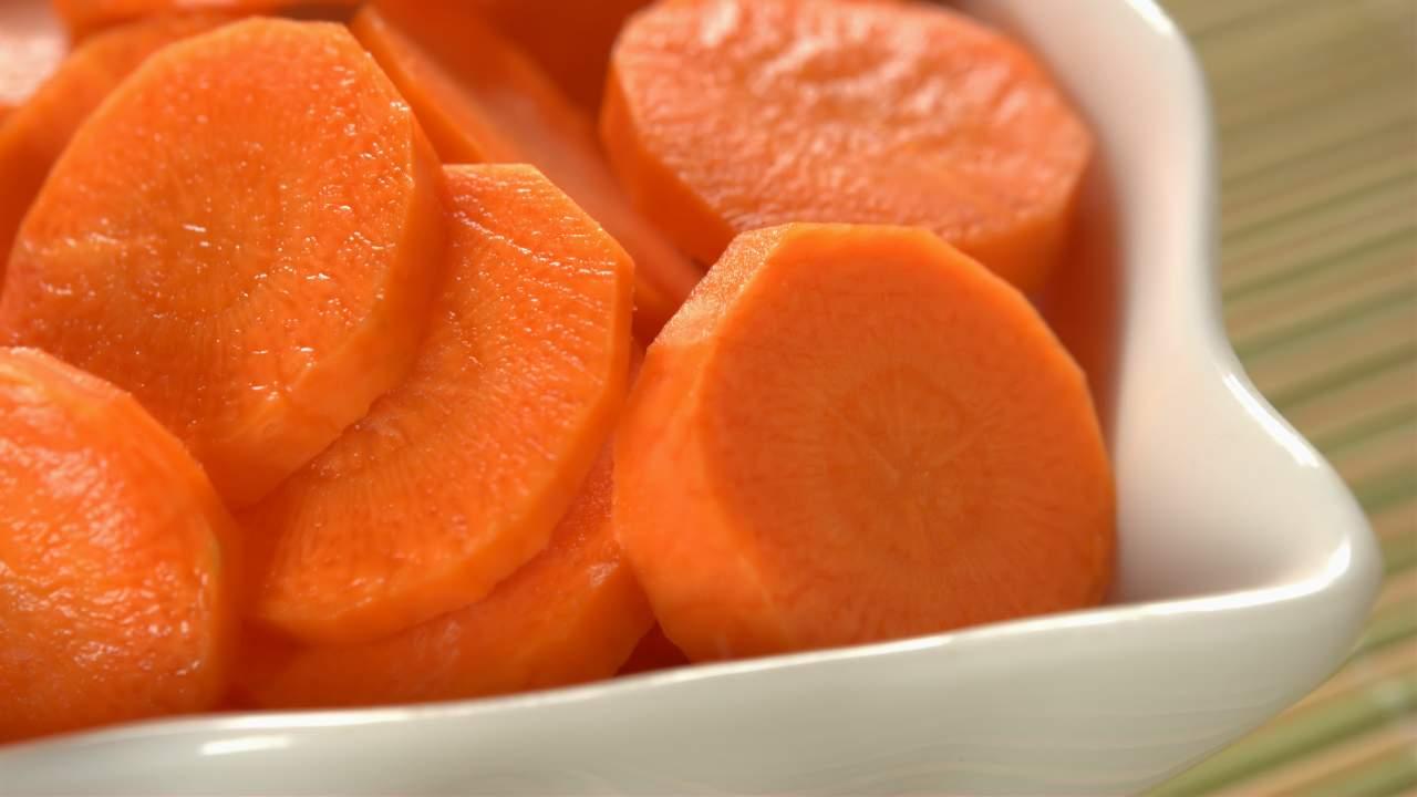 Insalata di carote, mandorle e sedano: contorno veloce per tutti i palati