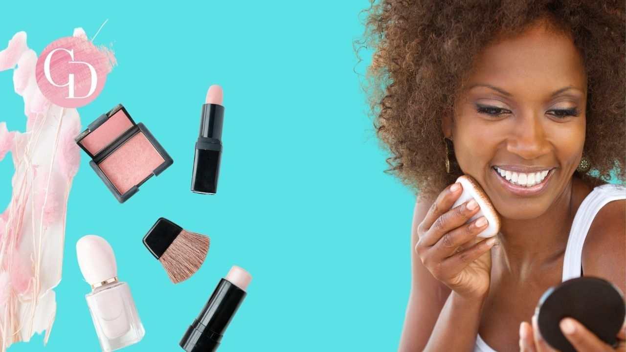 makeup a 50 anni donna che si trucca con cosmetici su fondo azzurro