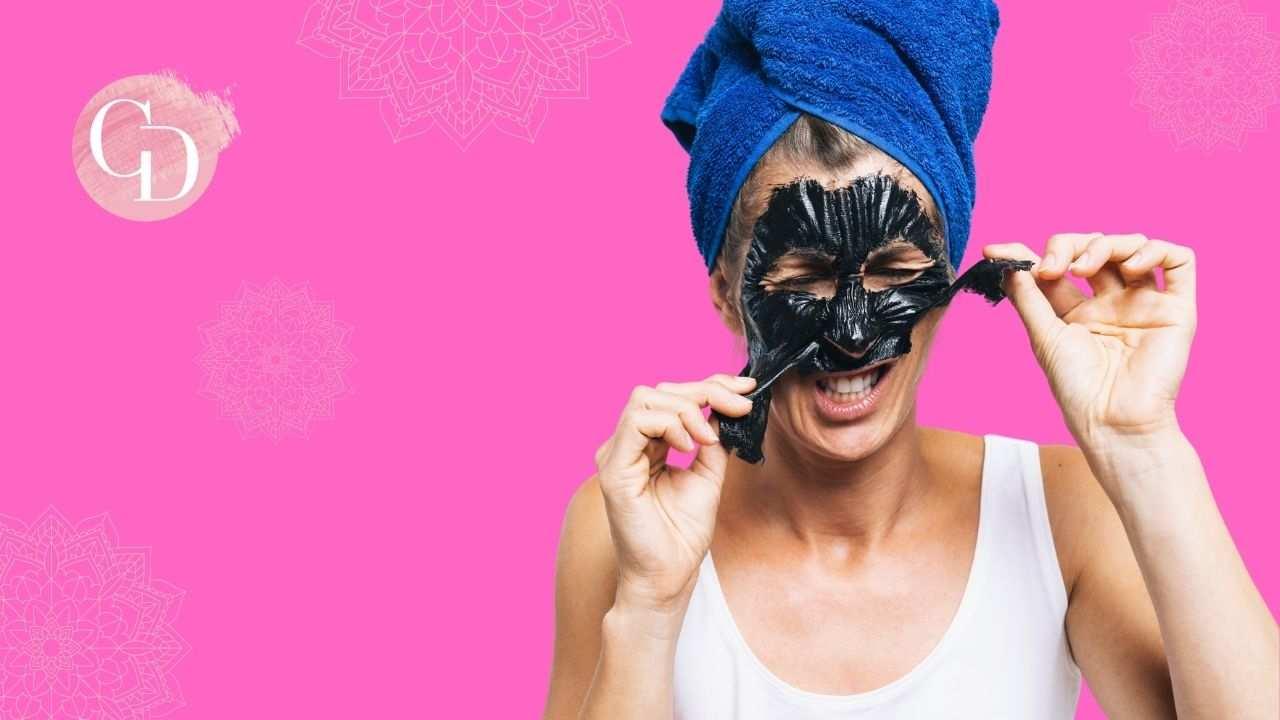 punti neri donna che si leva maschera viso al carbone