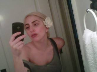 Lady Gaga foto senza trucco 328x245 LADY GAGA acqua e sapone su Twitter