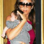 VICTORIA BECKHAM alla Fashion's Night Out con Harper [FOTO]