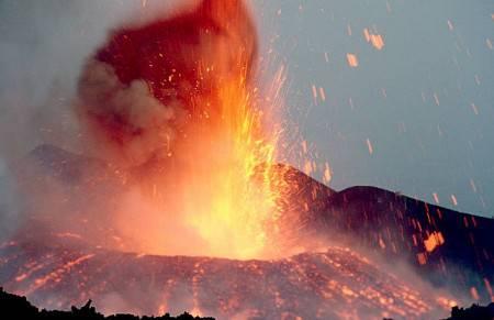 Stromboli eruzione: incendi nella zona e turisti in mare – Video