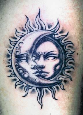 Tatuaggi sole e luna foto e significato for Unito lettere